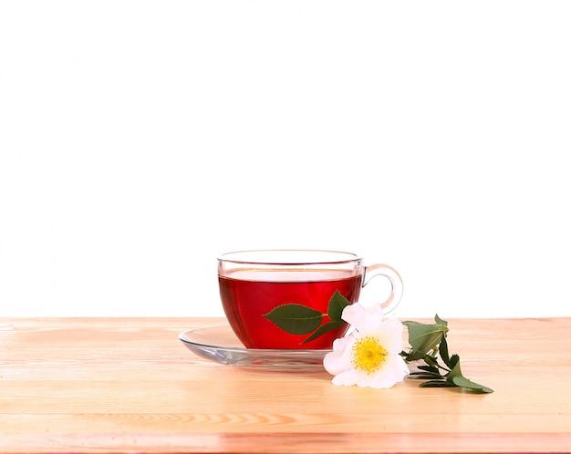 Chá de ervas isolado na superfície branca