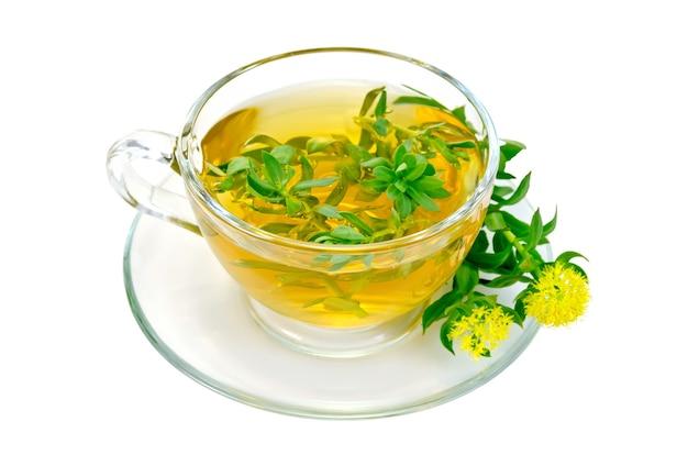 Chá de ervas medicinais em copo de vidro com flores rhodiola rosea é isolado em um fundo branco