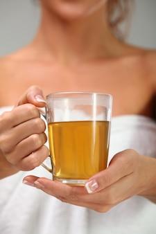 Chá de ervas nas mãos da mulher