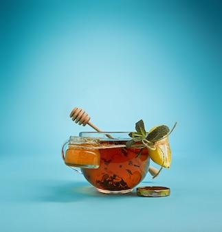 Chá de ervas no azul
