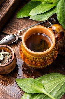 Chá de ervas no fundo de madeira