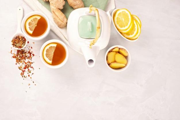 Chá de ervas saudável com limão e gengibre