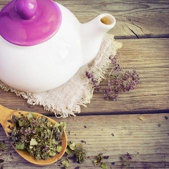 Chá de ervas secas com orégano em colher de pau