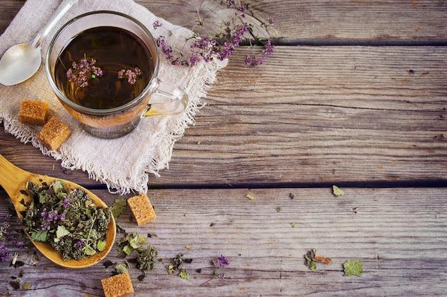 Chá de ervas secas, uma xícara de açúcar mascavo.