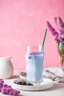 Chá de ervilha azul com leite
