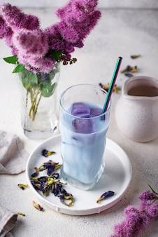 Chá de ervilha borboleta azul com leite