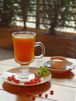 Chá de espinheiro mar com mel e hortelã