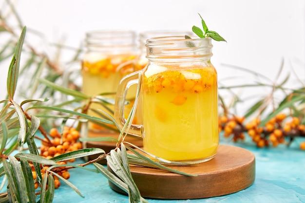 Chá de espinheiro mar quente colorido com gengibre e mel