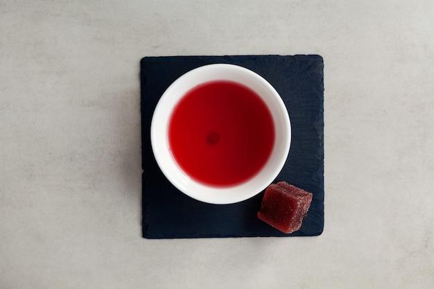 Chá de esquizandra e marmelada de frutas na pedra