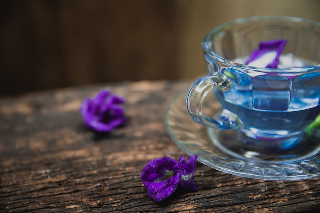 Chá de flores de pigeonwings asiáticos ervilha de borboleta ervilha ervilha azul para beber saudável na madeira