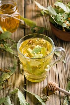 Chá de flores de tília, bebida quente de ervas, medicina alternativa