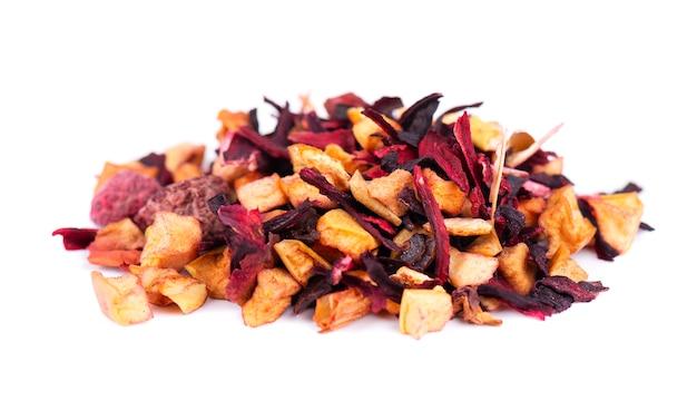 Chá de frutas com hibisco, maçã, framboesa, pétalas de rosa e cão-rosa, isolado no fundo branco.