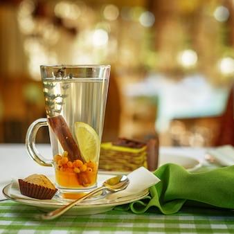 Chá de frutas em cima da mesa. configuração de mesa de restaurante.
