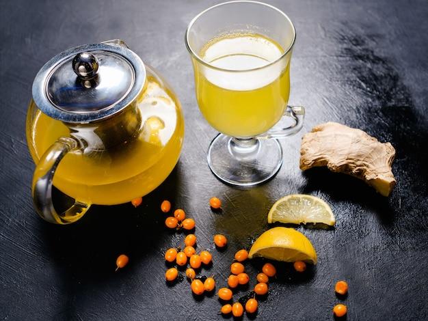 Chá de frutas naturais com gengibre, limão e espinheiro. reforço de vitaminas de imunidade orgânica.