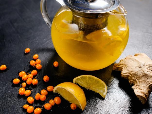Chá de frutas orgânicas com gengibre, limão e espinheiro. aumento natural de vitaminas para imunidade.
