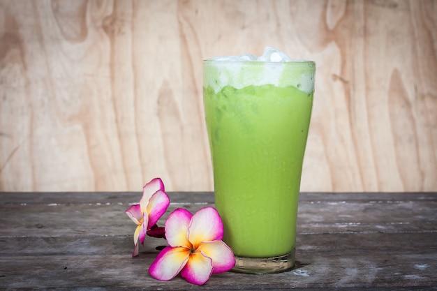 Chá de gelo verde em cima da mesa