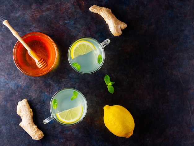 Chá de gengibre com limão e hortelã em copos de vidro