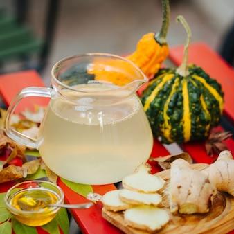 Chá de gengibre com limão, mel e decoração de outono.