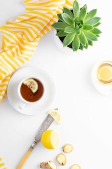 Chá de gengibre com limão mel outono quente, bebida de inverno branca com configuração plana copyspace.