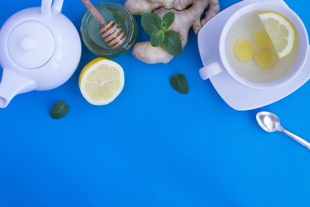 Chá de gengibre e vista superior de ingredientes copiar espaço