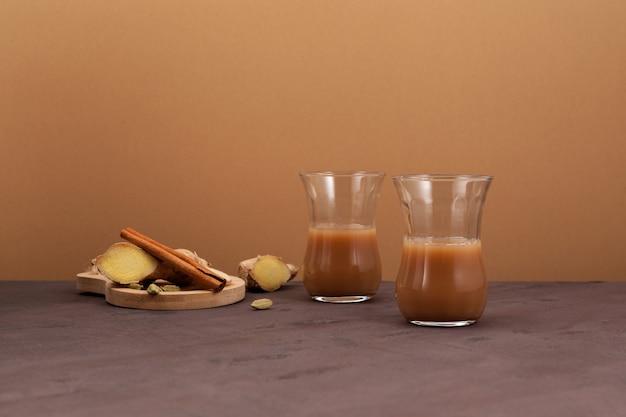 Chá de gengibre indiano com leite e especiarias Foto Premium