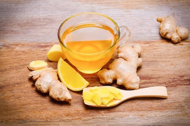 Chá de gengibre na mesa de madeira