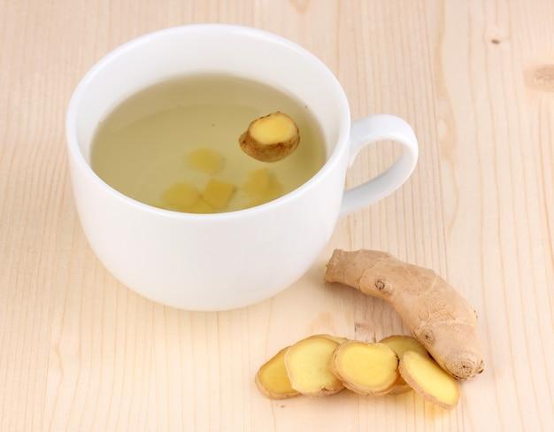 Chá de gengibre saudável na madeira