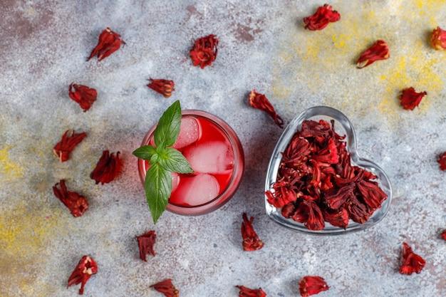 Chá de hibisco com gelo e folhas de manjericão.