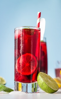 Chá de hibisco gelado ou limonada com framboesas, amoras, hortelã e frutas cítricas.
