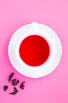Chá de hibisco na xícara branca