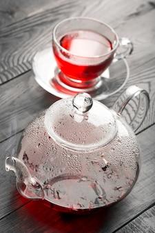 Chá de hibisco na xícara e bule