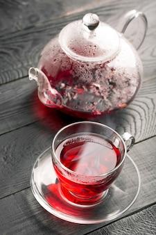 Chá de hibisco na xícara