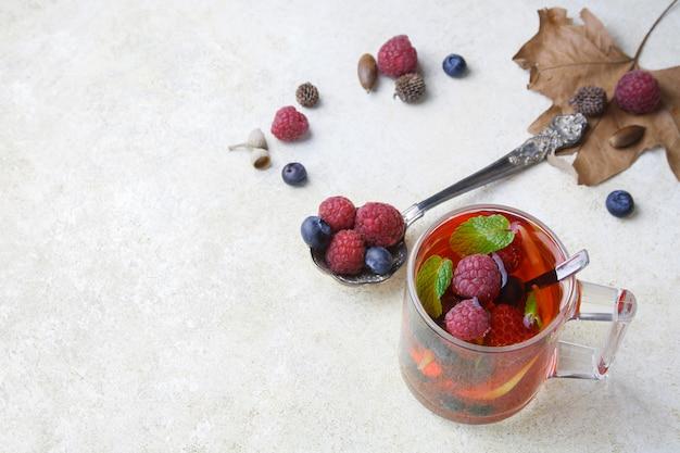 Chá de hortelã com vista superior e hortelã-pimenta