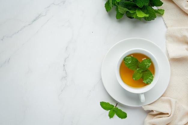 Chá de hortelã-pimenta em copo pronto para beber