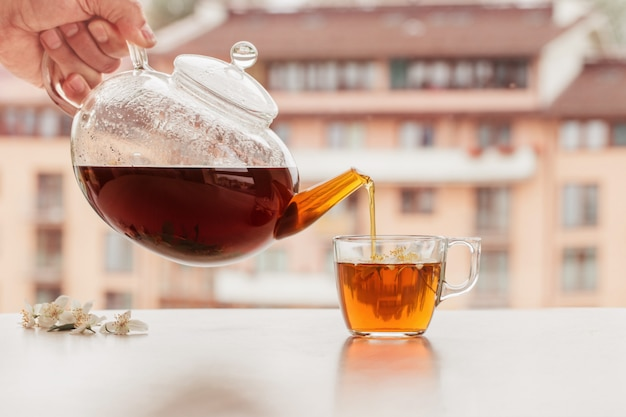 Chá de jasmim em cima da mesa