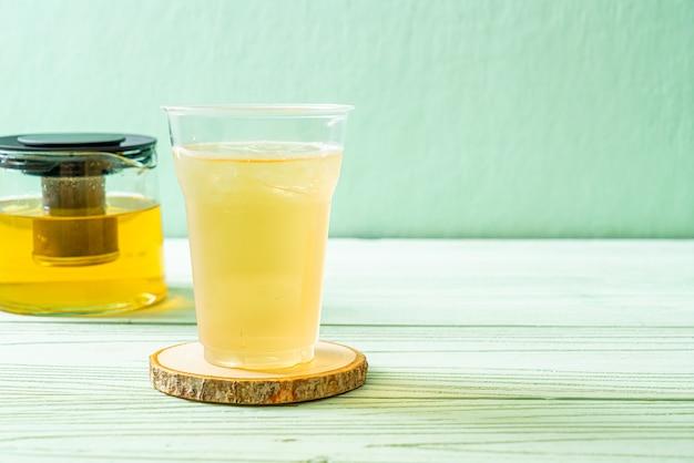 Chá de jasmim gelado na madeira
