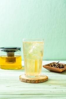 Chá de jasmim gelado na mesa de madeira