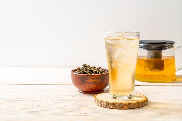 Chá de jasmim gelado na superfície de madeira