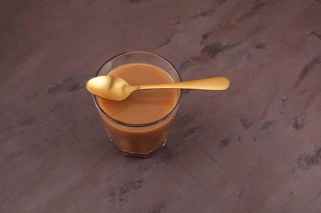 Chá de karak ou masala chai. bebida popular de aquecimento indiana.