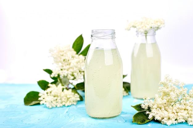 Chá de kombucha com flores de sabugueiro