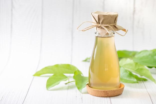 Chá de kombuchá com tiliacora triandra ou folha de capim de bambu, bebida fermentada de cidra.