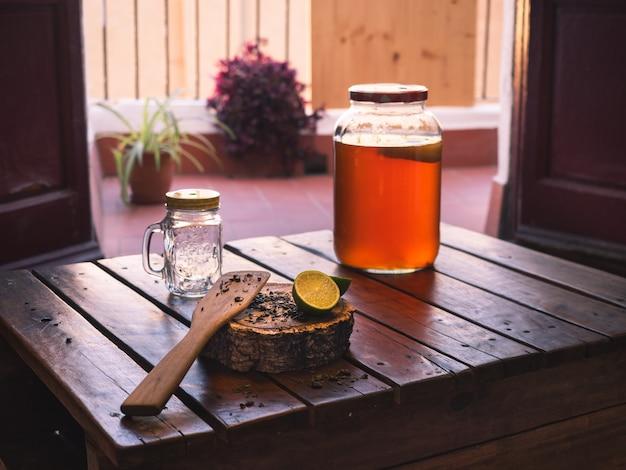 Chá de kombucha cru fermentado caseiro com sabor cítrico