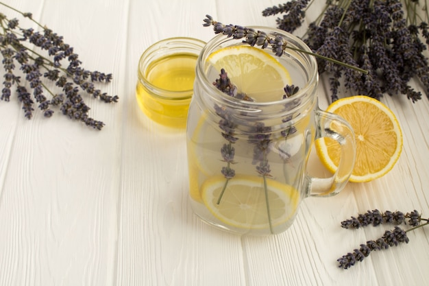 Chá de lavanda com mel e limão