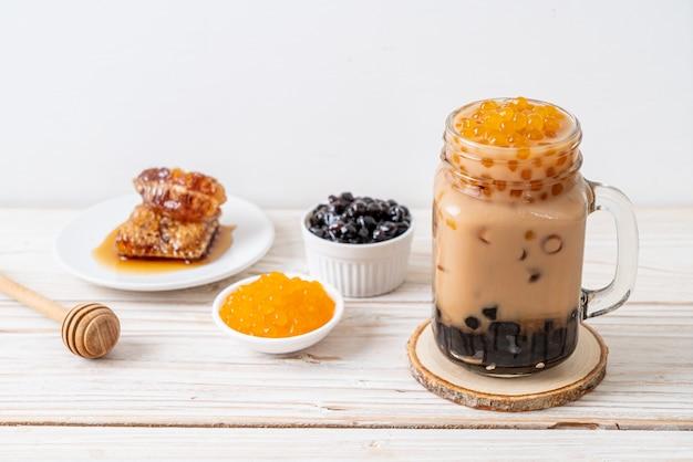 Chá de leite de taiwan com bolha na mesa de madeira