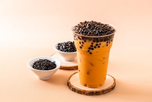 Chá de leite tailandês gelado com bolhas