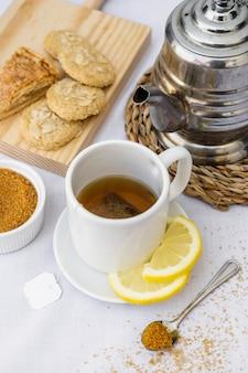 Chá de limão com açúcar mascavo e biscoitos