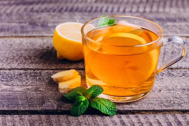 Chá de limão com gengibre e menta