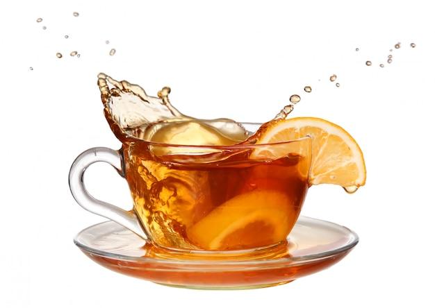 Chá de limão com um splash em um fundo branco