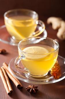 Chá de limão e gengibre e limão quente em copo de vidro