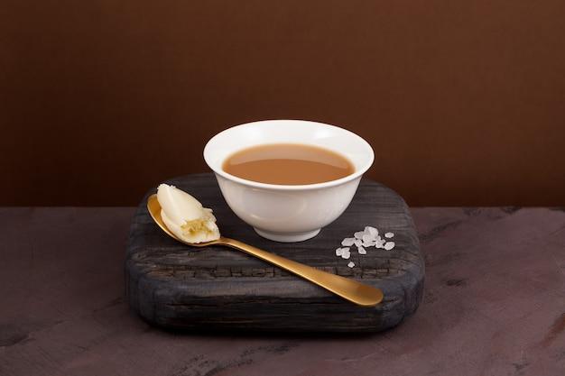Chá de manteiga de iaque, conhecido como